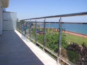 1-ograzhdeniya-na-balkon-iz-stekla-i-nerzhavejki